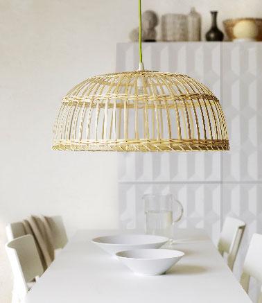 Une jolie couleur naturelle pour une suspension luminaire. Les lignes et le design délicat de cet abat jour en bambou laisse passer facilement la lumière dans la pièce.