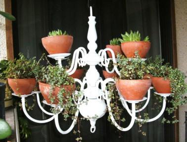 Les pots en terre cuite et s'allient parfaitement à la couleur blanche du lustre, un porte plante design à petit prix.