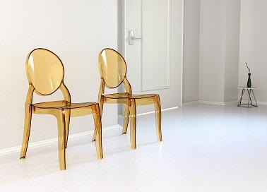 La chaise Elizabeth sait se faire discrète avec à son modèle transparent !  Sa forme originale remarquable grâce à ses courbes arrondies lui permet de se fondre aisément dans un petit espace. Colorée dans un ton ambré, elle se démarque d'un mur blanc dans l'entrée tout en s'adaptant à l'espace. Leur design sobre permet de les disposer sans gêne dans le passage. Dans une chambre, un hall d'entrée ou une salle d'attente, les chaises Elizabeth sont sans aucun doute un atout déco à avoir à portée de main !