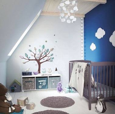 chambre bebe avec mur bleu et stickers originaux et chouette. Black Bedroom Furniture Sets. Home Design Ideas