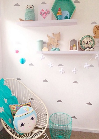 chambre blanche avec stickers nuage pour les petites princesses reveuses. Black Bedroom Furniture Sets. Home Design Ideas