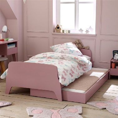 chambre fille rose lit et bureau peints vieux rose. Black Bedroom Furniture Sets. Home Design Ideas