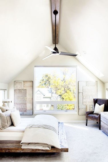baignée de lumière, la chambre parentale opte pour une déco épurée empreinte au style coloniale sans la couleur. Puissance de la teinte blanche du sol au plafond sous pente mis en valeur par le ventilateur à palme, le fauteuil en cuir vieilli et le lit en bois flotté