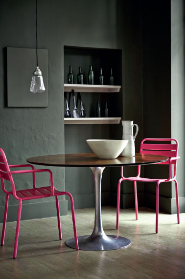 coin repas cuisine avec peinture couleur taupe et chaises rose. Black Bedroom Furniture Sets. Home Design Ideas