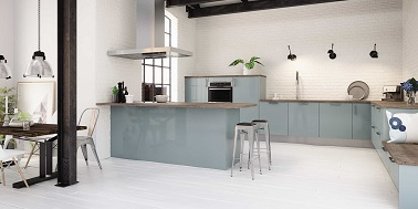 Les matières brutes et naturelles se côtoient dans un même souci d'authenticité dans cette cuisine de style industriel. Les briques blanches du mur, la hotte en aluminium brossé et la couleur bleu gris laquée sur les meubles de cuisine s'harmonisent pour former une ambiance industrielle.