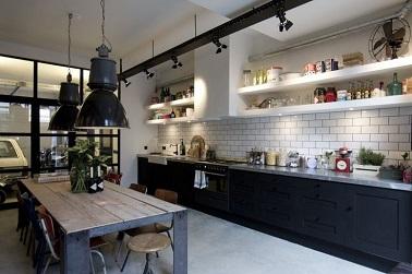 le noir et blanc souligne lgamment et sobrement le design industriel de cette cuisine les - Cuisine Industriel Vintage