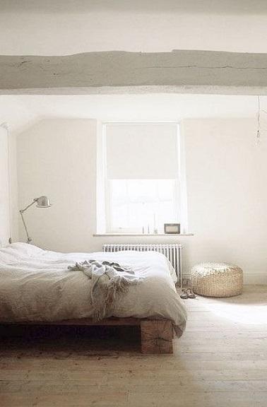 Point besoin d'en faire trop pour sublimer la déco d'une chambre blanche. Des poutres passées au badigeon blanc, un lit en bois brut, un parquet chêne blanc et la douceur s'installe.