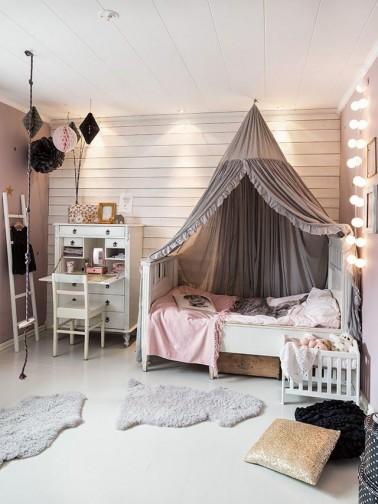 La chambre rose et marron est idéale pour une jeune fille. Utilisez des meubles blancs
