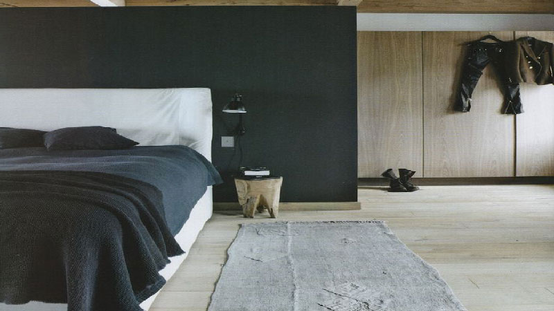 chambre parentale zen avec parquet en bois fonce et mur. Black Bedroom Furniture Sets. Home Design Ideas