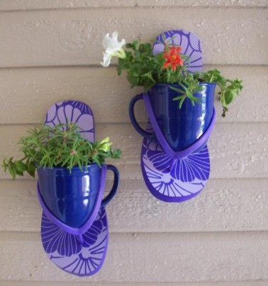 Quand on fabrique les objets soi-même il nous ait possible de laisser libre court à notre imagination. C'est le cas içi avec cette paire de tongs et ces deux tasses à café qui font office de porte plante maison.