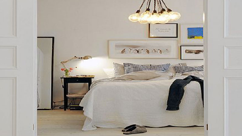 Une chambre blanche, la couleur idéale pour une déco de chambre zen élégante et sereine. Lumineux le blancamène à la chambre une atmosphère élégante