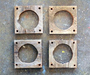 Après avoir découpé des carrés dans la planche de bois, percer en leur centre un cercle légèrement inférieur aux diamètres  des pots de terre cuite et percer 4 trous dans les angles pour enfiler les cordes qui formeront la suspension