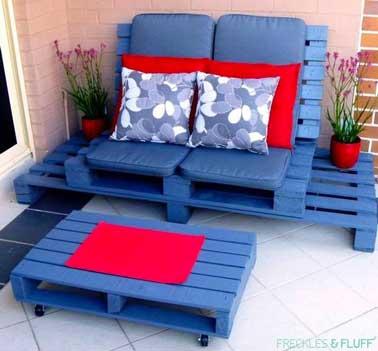 Un bel ensemble que ce salon de jardin en palette constitué d'un socle de deux palettes posées côte à côte et surélevé d'une autre palette pour faire l'assise