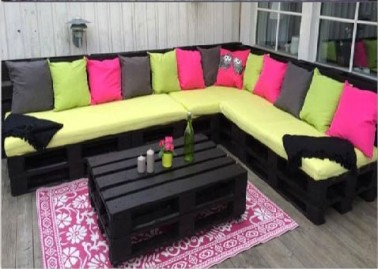 salon de jardin en palette peintes en noir et coussins vert et rose. Black Bedroom Furniture Sets. Home Design Ideas