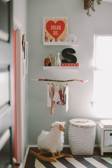 theme gris ficelle et notes dorange dans cette chambre pour bebe fille. Black Bedroom Furniture Sets. Home Design Ideas