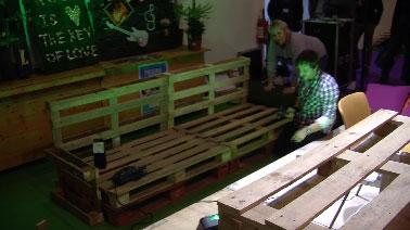 Val rie damidot fabrique une banquette de jardin en palettes bois - Construire salon de jardin palette ...