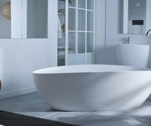 Elément design au coeur de la salle de bain, la baignoire îlot, quelle soit ronde, ovale au faussement rectangulaire est le sanitaire tendance. Décalée du mur, accompagnée d'une robinetterie en îlot, la baignoire offre un confort et une détente indéniable à l'heure du bain. Notre sélection de modèles de baignoires d'exception Aubade, Bernatein, Castorama et Leroy Merlin