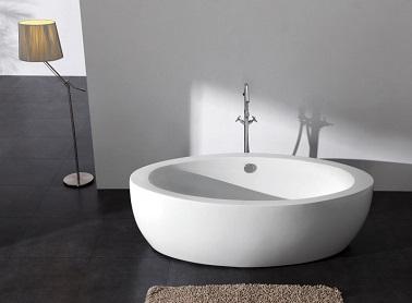 Simplissime et pourtant si moderne, cette baignoire centrale n'a pas besoin d'en faire beaucoup pour être remarquable. En acrylique et fibre de verre sa solidité est optimale pendant que son design achève d'en faire un élément déco à part entière dans la salle de bain. L'esthétique sans grande folie de cette baignoire permet pouvoir l'insérer facilement aussi bien dans une salle de bain classique que dans une chambre parentale charmante et romantique. Quand la simplicité devient un gage de modernité, on adore !