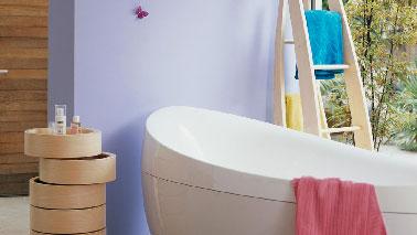 La couleur parme exprime sa délicatesse dans la salle de bain en association avec du bois pour créer une déco zen. Peinture couleur Ciel De Parme et Embruns Cuisine & Bain Dulux Valentine