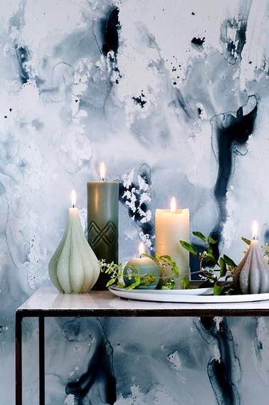 Simples grandes bougies cylindriques, petite bougie ronde ou encore bougie spéciale en forme de figue, le design de ces bougies en fait de véritables objets déco. En plus de rendre plus chaleureux l'espace où elles sont disposées, ces bougies permettent de sublimer les autres objets décoratifs. Donnant un effet vraiment chic et romantique à toute la pièce, les couleurs de cire assez sobres, beige, vert d'eau ou encore vert foncé accentuent l'effet naturel de la décoration scandinave épurée. ©BrosteCopenhagen