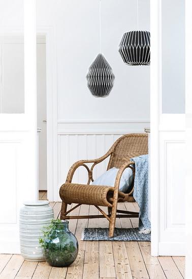 Le rotin n'est décidement plus ce qu'il était ! Ce fauteuil le prouve très bien grâce à ses formes arrondies modernes et chaleureuses. Disposé dans un salon blanc très épuré au style scandinave, il permet d'apporter la touche de chaleur à la pièce. S'associant élégamment aux objets déco contemporains, ce fauteuil en rotin signé Broste Copenhagen saura très bien s'intégrer dans un salon pour une ambiance douce et détente. Fauteuil par Broste Copenhagen