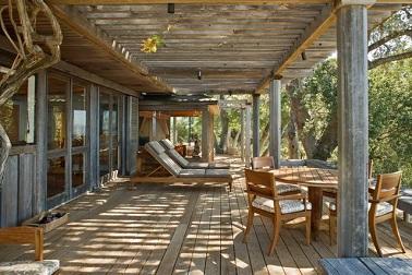 A l'ombre de la pergola cette terrasse s'habille de bois du sol à la pergola ! Le sol en lames de pin traité, s'harmonise avec les meubles de jardin en bois plus doré