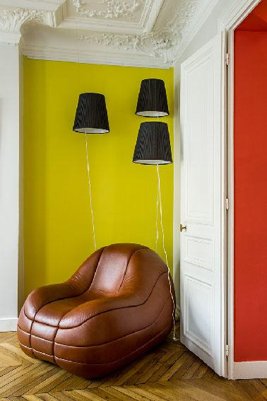 Un canapé en cuir marron associé à un mur jaune et à des suspensions noires. Un mélange osé qui fait clairement son effet. Au showroom Ticolas, l'essentiel et que les clients puissent imaginer la position de chaque objets dans leurs intérieurs.