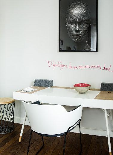 J'ai tout de suite envie de travailler quand je vois le coin bureau de l'appartement show room Ticolas dans le huitième arrondissement de Paris. Des meubles simples associés à des accessoires de décoration originaux.