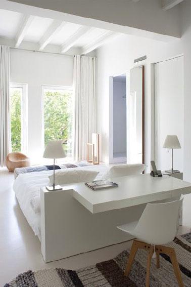 Tête de lit d'un côté, bureau de l'autre, un gain de place et une originalité dans la chambre. La structure blanc laqué apporte une luminosité que l'on ne refuse pas.