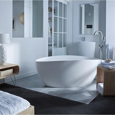 Cette baignoire propose de dériver sur un îlot de douceur. De style déstructuré et sophistiqué, cette baignoire asymétrique n'hésite pas à assumer son côté contemporain. Au contraire, elle joue même de l'aspect presque futuriste de ses courbes aléatoires pour créer une atmosphère très particulière dans la salle de bain. Nécessitant assez d'espace pour que les volumes soient respectés et sublimés, cette baignoire s'installe sans complexe au milieu de la salle d'eau pour en devenir l'élément phare de la déco.