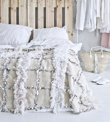 La palette bois, le support facile et pas cher pour fabriquer une tête de lit. l'aspect bois brut peut être conservé pour créer une déco ambiance naturelle dans la chambre.