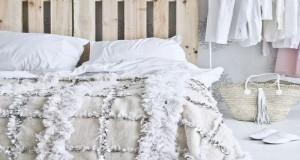 Pour faire soi-même une tête de lit, les idées originales ne manquent pas : en palette, en bois, peinte, en tissus, le lit ne perd pas la tête pour personnaliser lune chambre moderne pour adulte et pour enfant