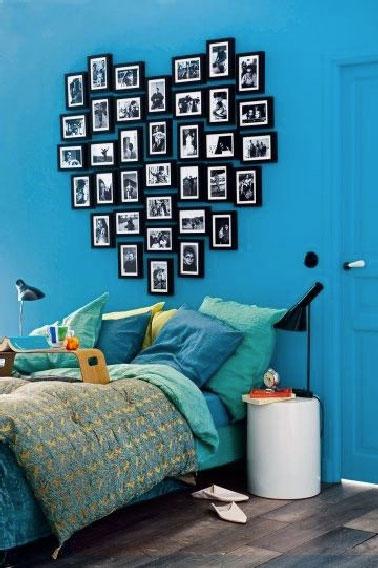Pour faire cette tête de lit originale et personnalisée dans votre chambre, accrochez les cadres photos au dessus de votre lit pour former un coeur, carré, ou une ligne. Votre tête de lit sera encore plus sympa  si la couleur des photos et cadres est la même.. Laissez parler votre créativité et do it yourself !