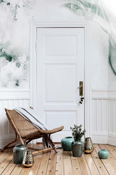 Ce fauteuil en rotin signe la note de zen dans cette pièce à vivre décorée très simplement. Au design allongé et géométrique, ce fauteuil Broste Copenhagen est l'objet indispensable pour se détendre tout en aménageant avec goût la maison. Dans une ambiance chic et très pure, le rotin promet de révéler toute sa chaleur et de donner le charme à la pièce. Très naturel ce matériau permet également d'amener un côté zen très tendance.