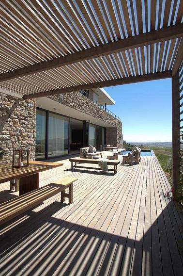 cette terrasse opte pour revêtement de sol et un pergola en bois
