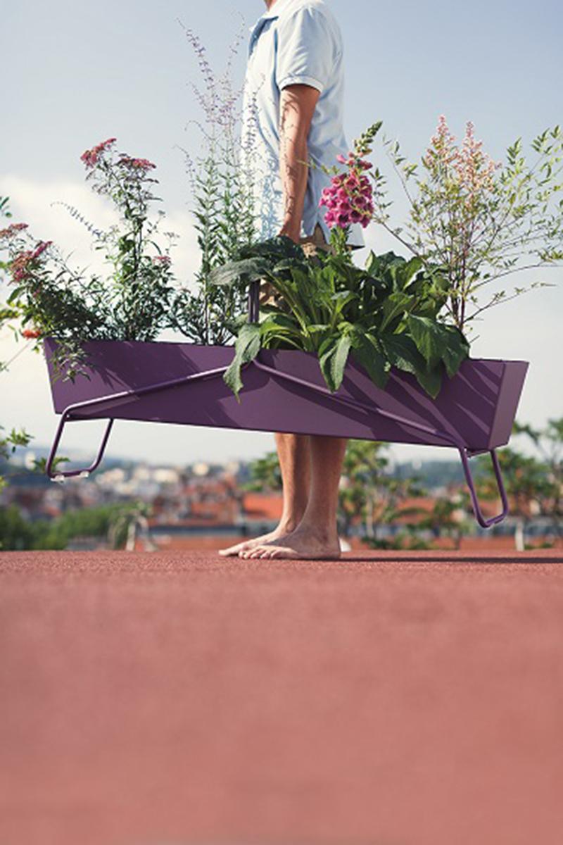 Un design original et une couleur vive pleine de peps, voilà le parti pris de Fermob avec son élégante jardinière Basket. N'oubliant pas d'être fonctionnelle, cette jardinière dispose d'un système d'évacuation d'eau à toute épreuve. De quoi mettre vos plantes en valeur dans une jardinière hors du commun à l'esthétique moderne et aux couleurs éclatantes ! ©Crédit Photo : Stéphane Rambaud.