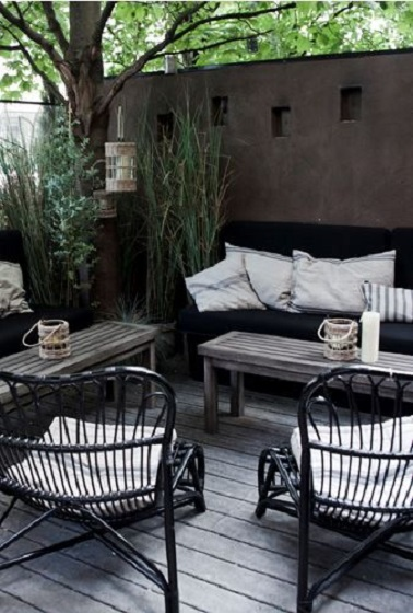 petite terrasse en bois et meuble rotin. Black Bedroom Furniture Sets. Home Design Ideas