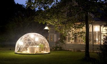 Le Garden Igloo n'est pas un objet de jour uniquement ! La nuit, cette sphère recouverte de sa toile en PVC peut aussi bien se transformer en romantique salle à manger à la belle étoile. Quelques lumières pour l'éclairer et cet igloo permet d'y prolonger son moment détente même une fois la nuit tombée. Et parce que l'isolation de cette bulle est optimale, vous ne redouterez ni la pluie ni le vent. Mieux, si vous avez un peu froid, vous pourrez également y installer un radiateur sans craindre le moindre problème.
