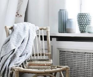 Le rotin revient en force dans la tendance déco de nos maison. Chaises, fauteuils à poser ou suspendus en rotin assurent une ambiance déco style scandinave que l'on adore. En plus de ses meubles, la marque Broste Copenhagen complète son offre avec des bougies et lanternes idéales pour l'intérieur et le jardin