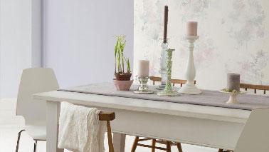 La couleur parme a un pouvoir magique sur l'ambiance du salon lors d'une association peinture avec la teinte lin. Pour une ambiance feutrée on n'hésite pas à positionner une peinture parme avec un papier peint à motifs sur fond lin. Pour une déco en total look, repeindre la table de salle à manger en lin souligné d'un chemin de table parme. Peinture Dulux Valentine