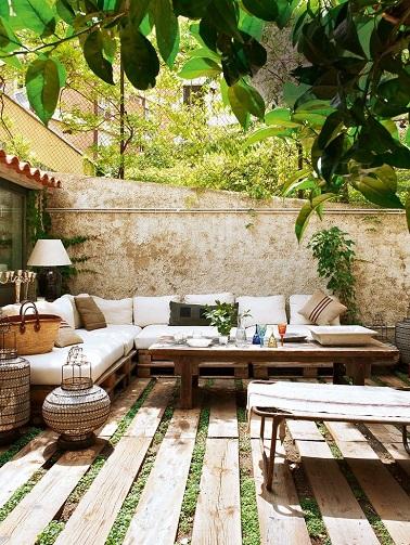 Terrasse en bois et salon de jardin en palette