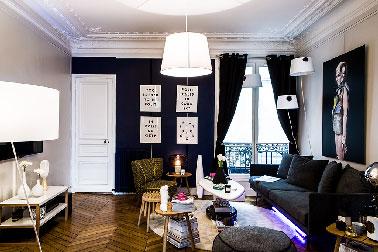 L'audace que l'on retrouve dans le concept store Ticolas est rafraichissante. Des meubles très différents s'associent et donnent naissance à un espace original où il fait bon vivre. Dehors le snobisme l'essentiel ici c'est l'art.