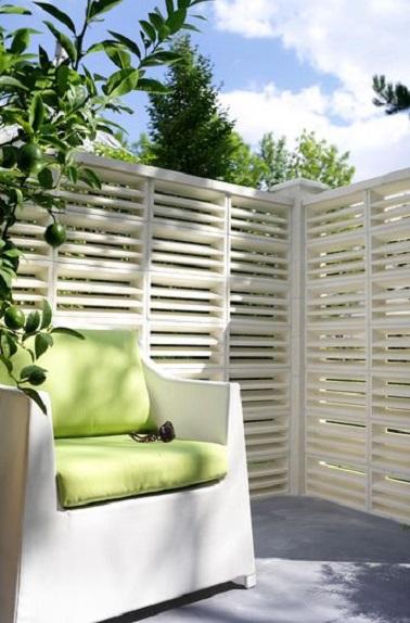 En béton et granulats de marbre blanc, ce brise-vue façon persiennes s'installe par assemblage pour donner un côté naturel à l'espace terrasse. Claustra Alizée Castorama