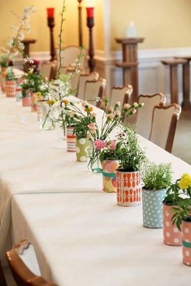 Ne jetez plus vos vieilles boites de conserve elles pourraient vous être bien utiles pour décorer votre table de Pâques ! Après les avoir soigneusement nettoyées, brossez l'acier des boîtes afin de pouvoir bien coller un morceau de papier bariolé autour d'elles. Une fois fait, laissez sécher et remplissez les boîtes de conserve avec du terreau humide et plantez-y quelques fleurs et autres plantes vertes pour créer un chemin de table original et naturel. Rapide à réaliser cette déco est parfaite pour celles et ceux qui manquerait de temps pour bien décorer leur table de Pâques. Source photo : mycraftilyeverafter.com