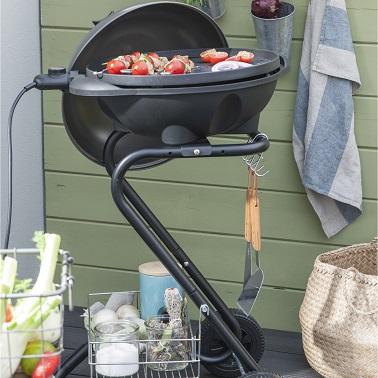 La structure de ce barbecue électrique s'adapte aux petits extérieurs. Pratique et compact, il séduit par sa forme arrondie moderne ! Barbecue Leroy Merlin