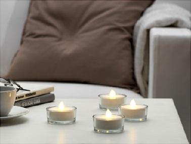 Parce qu'il n'y a rien de plus chaleureux et convivial que de jolies petites bougies chauffe-plat, ces luminaires d'extérieur les imitent à la perfection. Diffusant une lumière douce comme la flamme d'une vraie bougie, ces luminaires permettent d'apporter une ambiance conviviale autour de la table à manger de l'extérieur. Sans dispenser de chaleur ou de fumée, ces lumières d'extérieur décorativent proposent une alternative sûre aux bougies réelles pour les familles avec enfant et préservent d'éventuels incendies surtout dans le jardin. Ikea – STÖPEN - Bougie chauffe-plat à LED, à pile blanc - Prix : 7,99 €  / 4 pièces