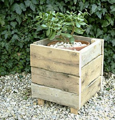Cache pot en palettes bois de forme carr e pour un jardin - Pot en bois exterieur ...
