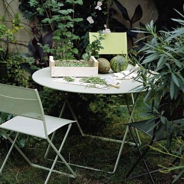 Une bouffée d'air frais avec ces chaises de jardin légères ! Justement nommées Plein Air, ces chaises très fines permettent d'aménager l'espace de façon aérienne grâce à l'association gracieuse de l'assise en toile et de la structure tubulaire. Confortables et stables grâce à leur piètement en U, ces chaises Plein Air s'agencent sans difficulté autour de la table ronde de la même collection. Une harmonie déco irréprochable et un aménagement rusé pour profiter de son petit jardin le temps d'un déjeuner sur le pouce ou même d'une pause café bien méritée. Fermob – Chaise « Plein Air » : 171 euros – Table « Plein Air ».  Dim. : 71 x 71 - Prix : 265 euros .