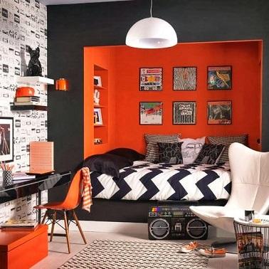 Une déco originale habite cette chambre d'ado fille design. Le lit dans le renfoncement du mur délimite différents espaces afin de ne pas perdre de place.