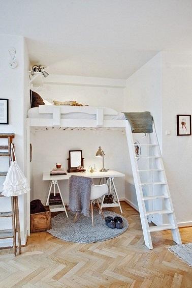 La déco pure de cette chambre ado fille adopte un lit mezzanine qui permet de conserver de la surface au sol et d'aménager un coin bureau pratique. Ikea